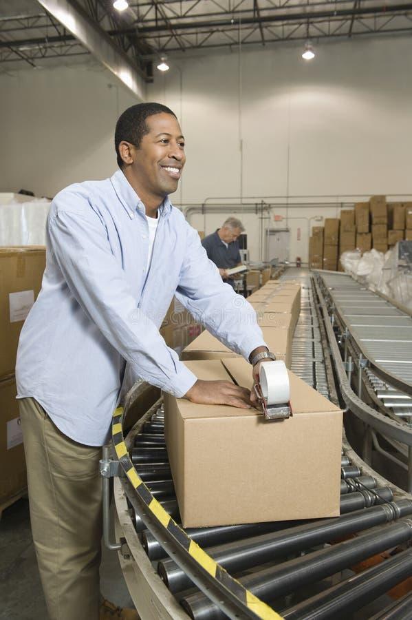 Mens die in Distributiepakhuis werken stock fotografie