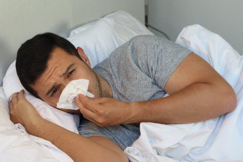 Mens die door de griep in bed gaan royalty-vrije stock fotografie