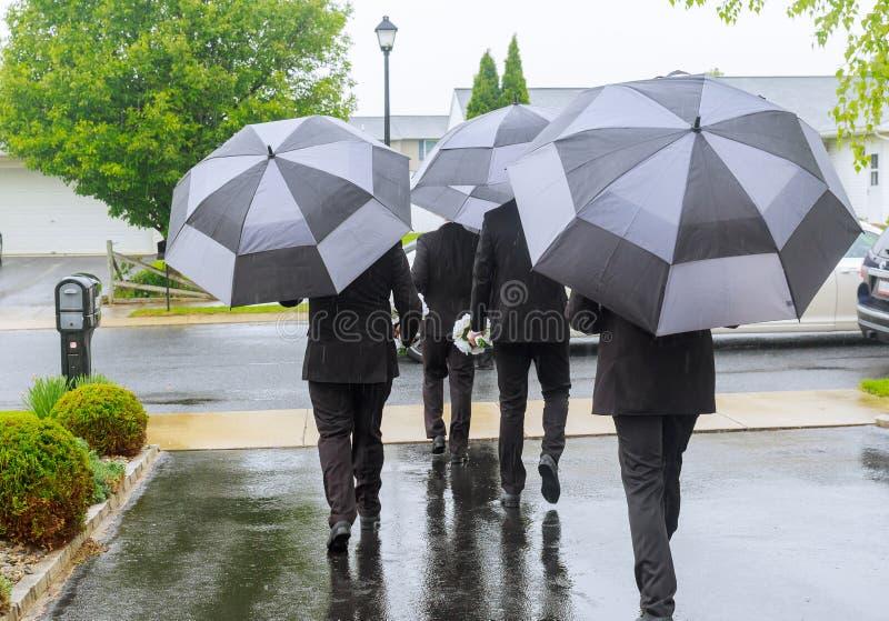 Mens die door de landelijke zandige weg van het land bij herfst slecht weer lopen stock foto