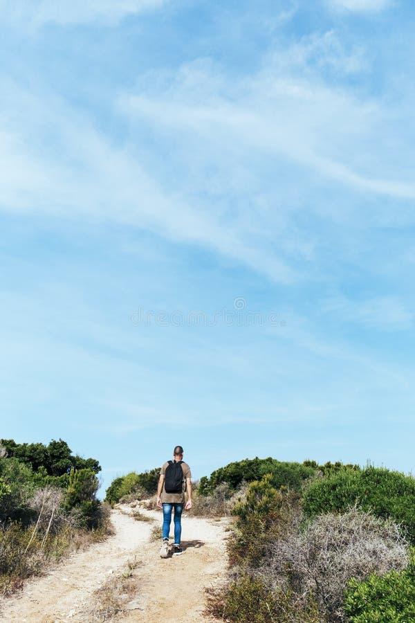 Mens die door een landweg in Corsica, Frankrijk lopen royalty-vrije stock afbeelding