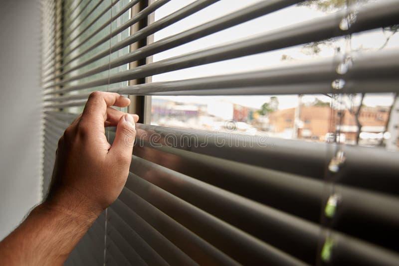 Mens die door het venster kijkt royalty-vrije stock afbeeldingen