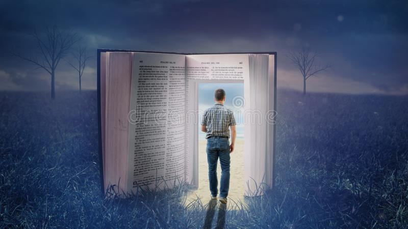 Mens die door open bijbel lopen stock foto's