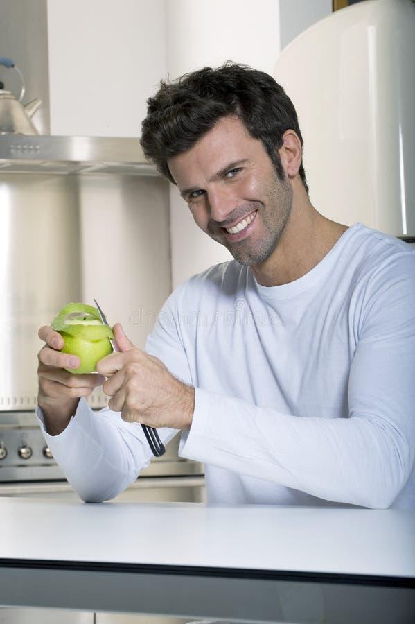Mens die een appel pelt stock foto