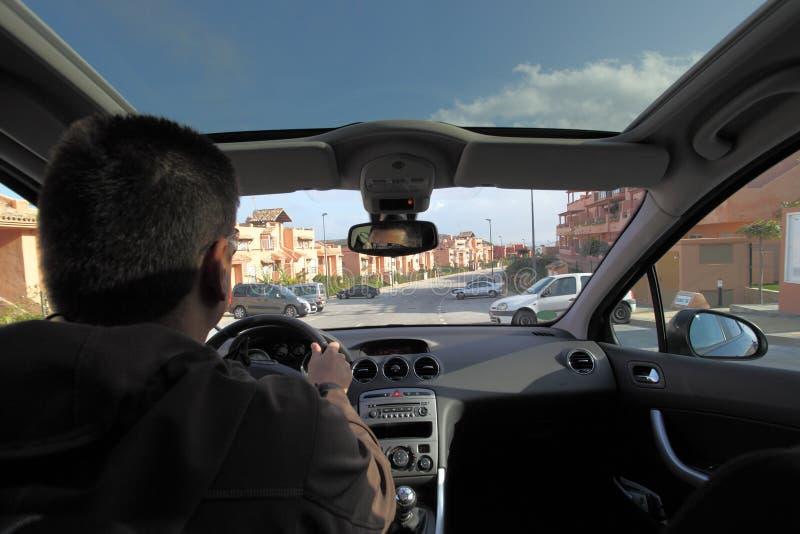 Mens die een auto drijft stock afbeeldingen