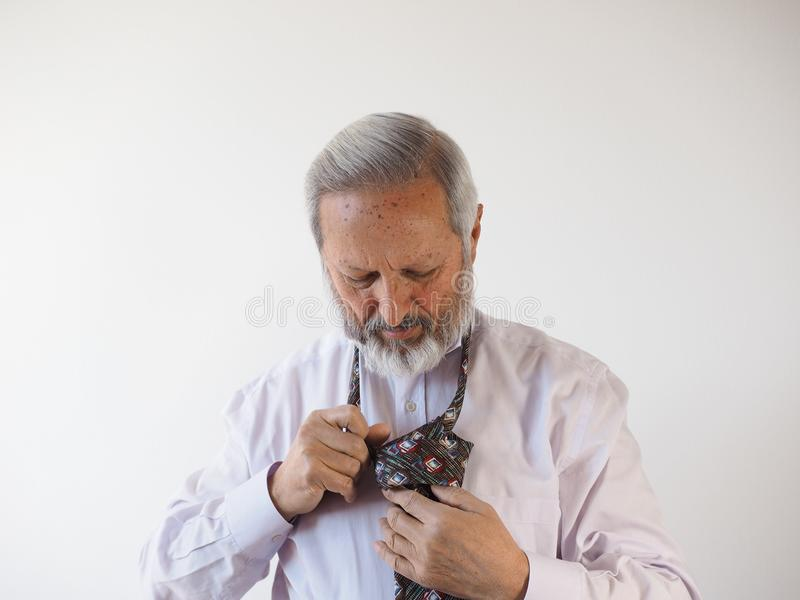 Mens die een band bindt stock foto's