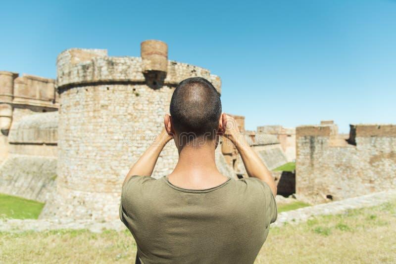 Mens die een beeld van het Fort DE Salses, Frankrijk nemen royalty-vrije stock afbeelding