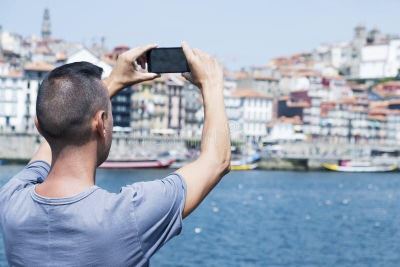 Mens die een beeld van Porto Kathedraal, Portugal nemen royalty-vrije stock foto's