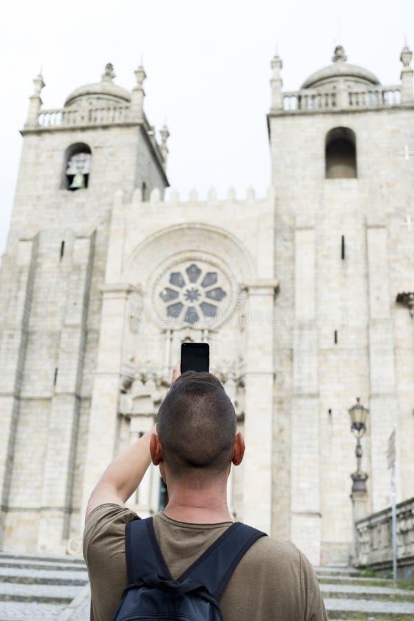 Mens die een beeld van Porto Kathedraal, Portugal nemen royalty-vrije stock foto