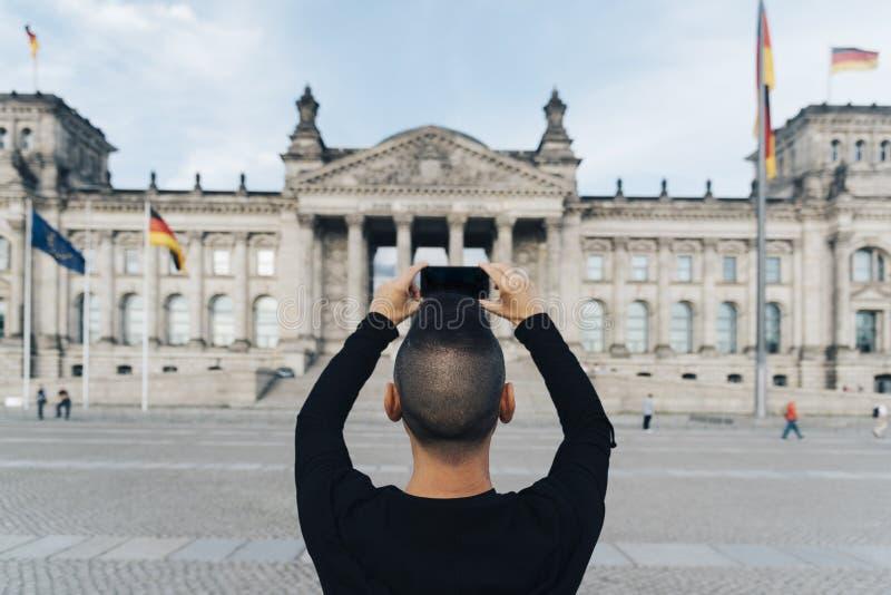 Mens die een beeld van Reichstag, in Berlijn nemen royalty-vrije stock afbeelding