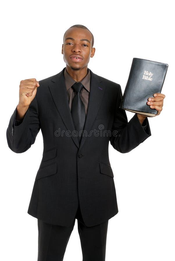 Mens die een bijbel houdt die het evangelie predikt stock fotografie