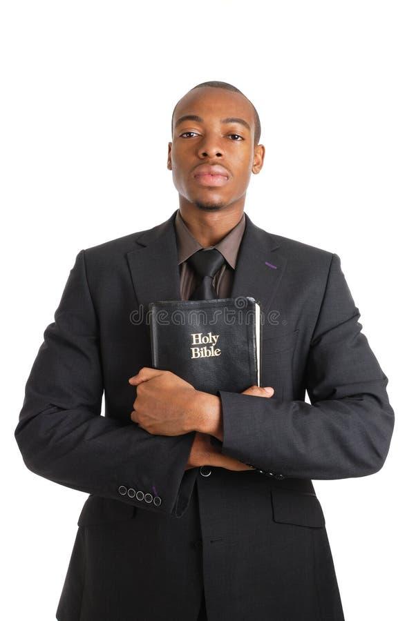 Mens die een bijbel houdt die verplichting toont royalty-vrije stock foto