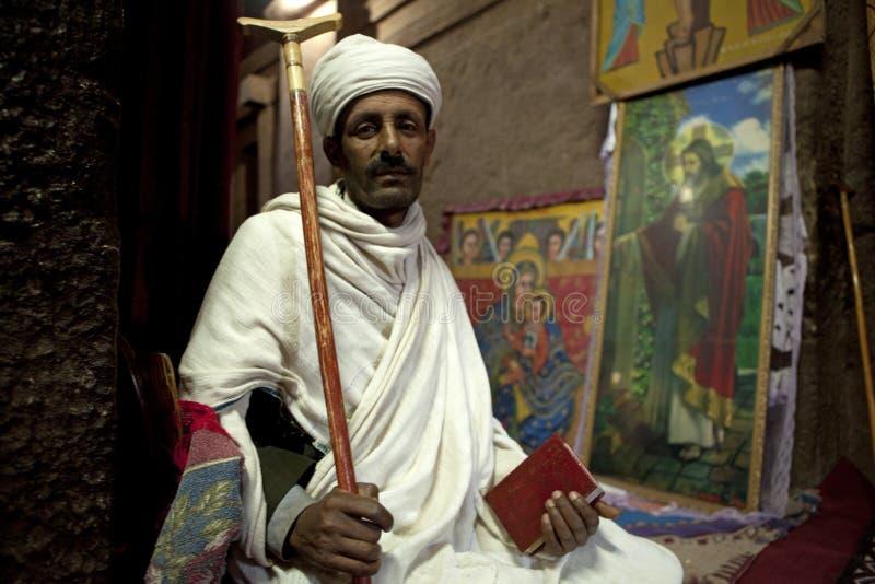 Mens die een bijbel, Lalibela houdt stock foto's