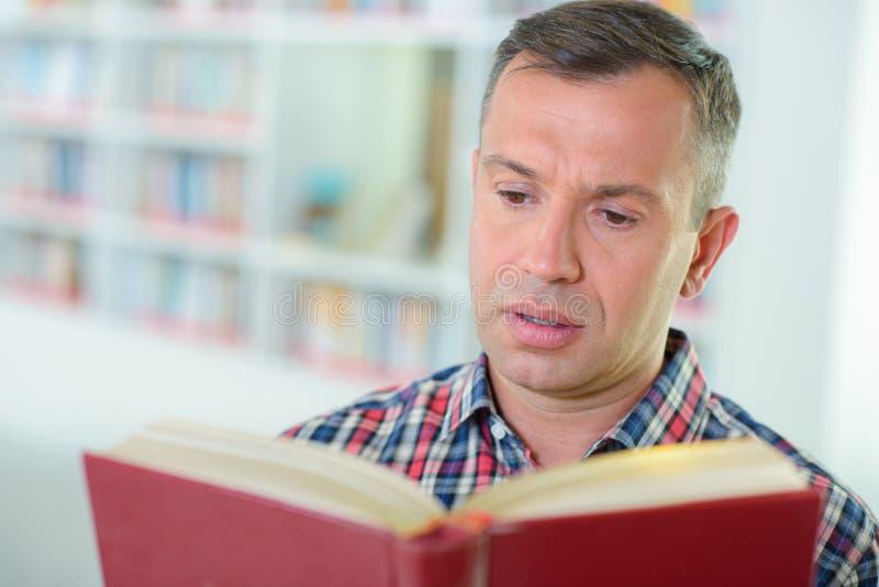 Mens die een boek leest royalty-vrije stock fotografie