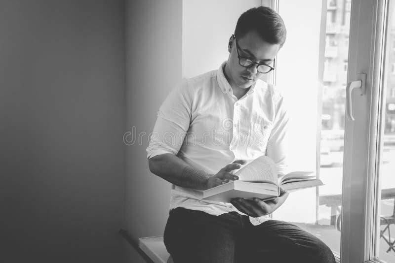 Mens die een boek leest royalty-vrije stock foto's