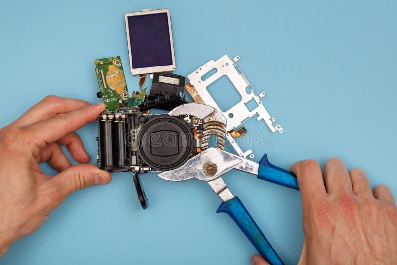 Mens die een camera herstellen stock afbeeldingen