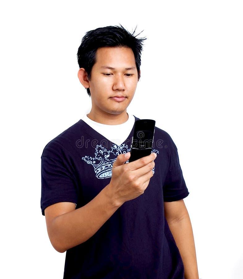 Mens die een celtelefoon houdt stock foto
