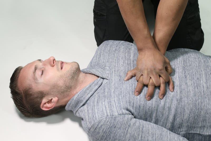Mens die een CPR doen stock foto