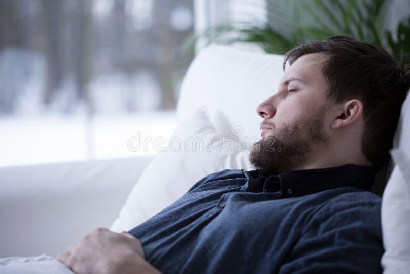 Mens die een dutje hebben royalty-vrije stock foto