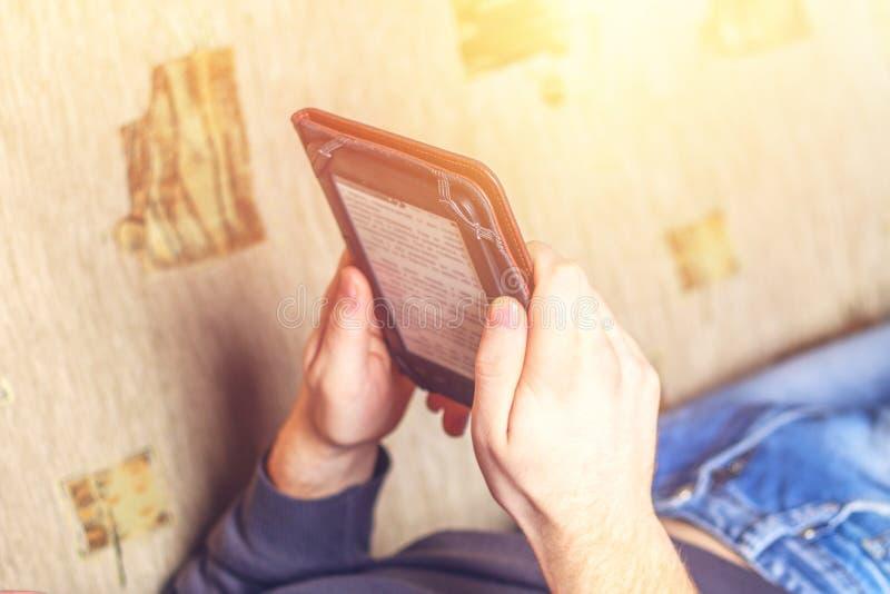 Mens die een eBook op digitaal tabletapparaat lezen royalty-vrije stock afbeelding