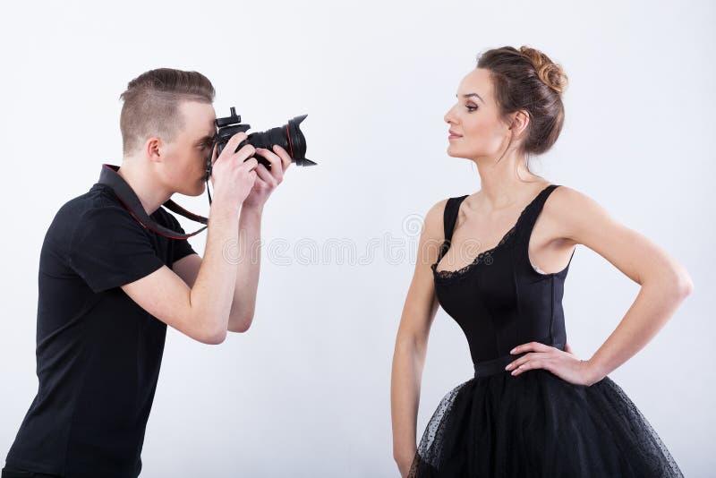 Mens die een foto van elegante danser schieten stock foto's