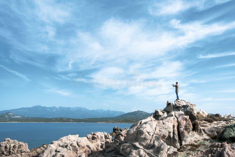 Mens die een foto van het overzees in Corsica, Frankrijk nemen royalty-vrije stock afbeeldingen