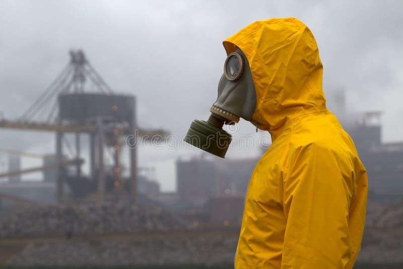 Mens die een gasmasker draagt