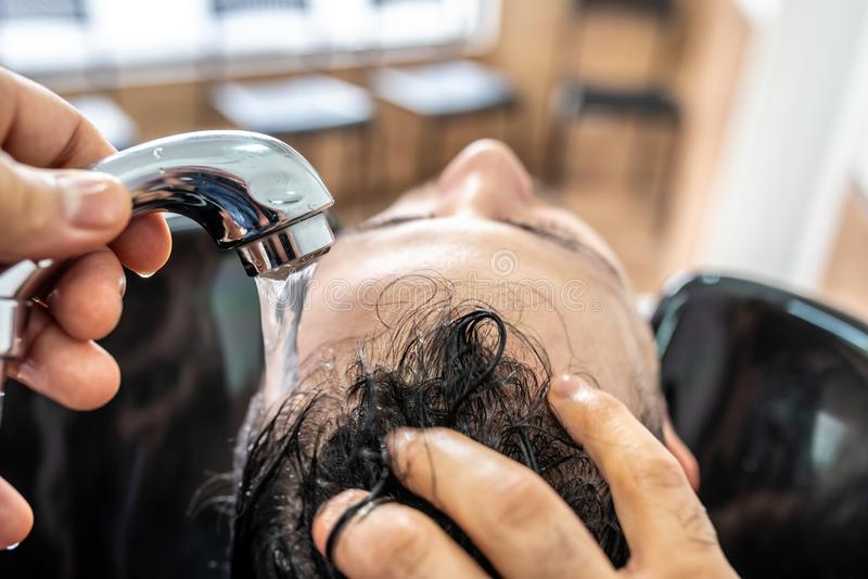 Mens die een Haar krijgen die in Barber Shop wordt gewassen stock fotografie