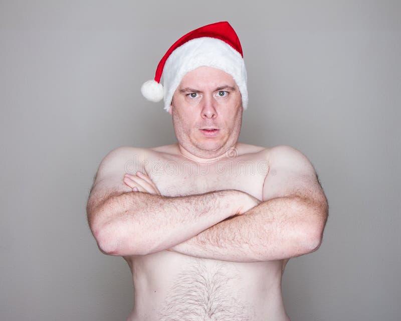 Mens die een hoed van de Kerstman draagt stock afbeeldingen