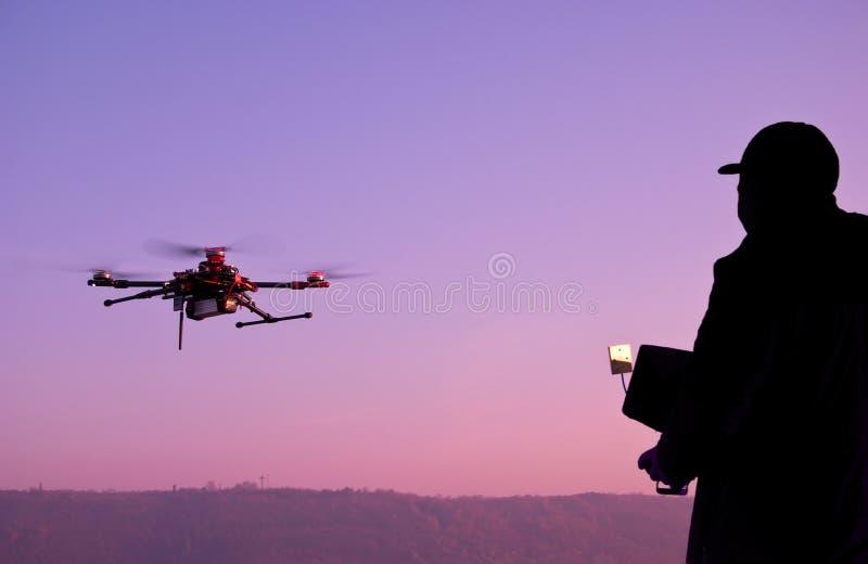 Mens die een hommel met afstandsbediening in werking stellen Donker silhouet opnieuw royalty-vrije stock foto