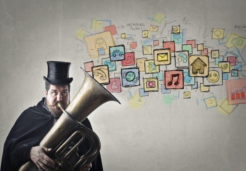 Mens die een instrument spelen stock afbeelding