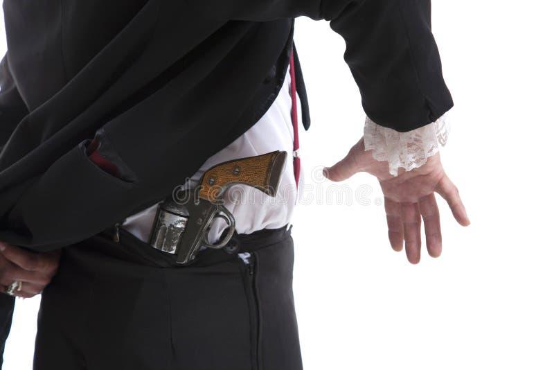 Mens die een kanon achter zijn rug houden royalty-vrije stock afbeelding