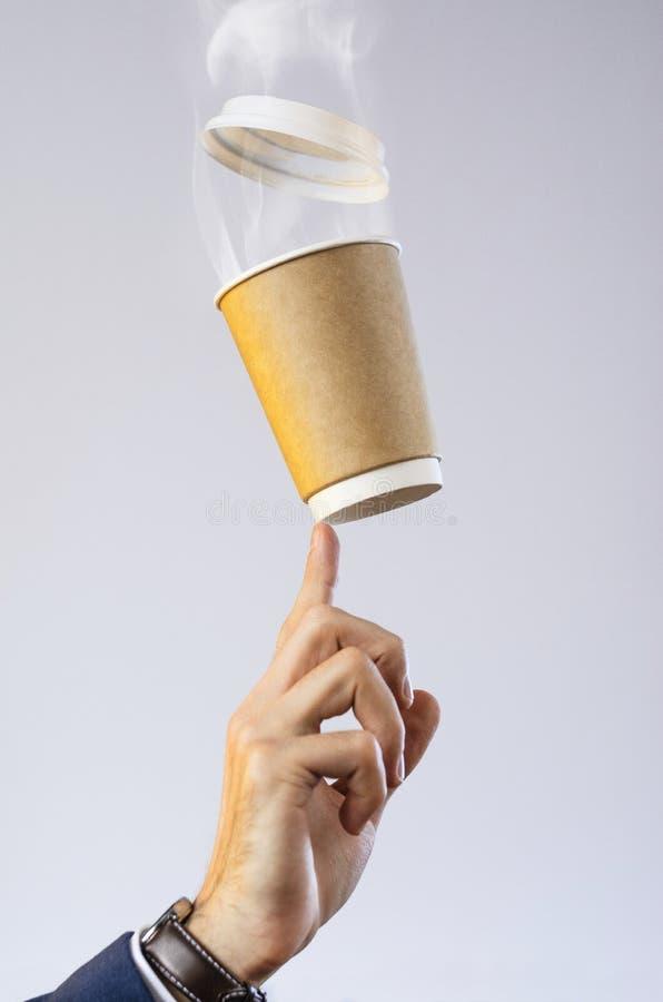 Mens die een koffiepauze neemt royalty-vrije stock foto's