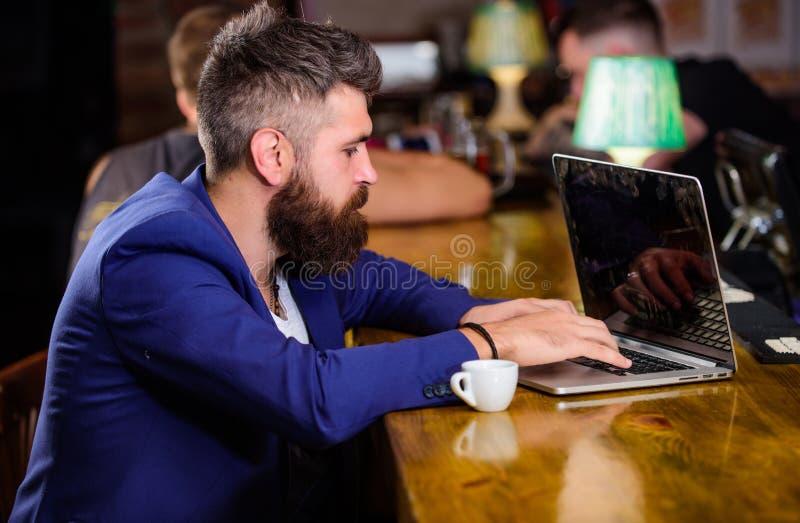 Mens die een koffiepauze neemt Creeer de blog van het inhoudsweb De manager creeert post geniet van koffie Het Hipster freelancer royalty-vrije stock afbeeldingen