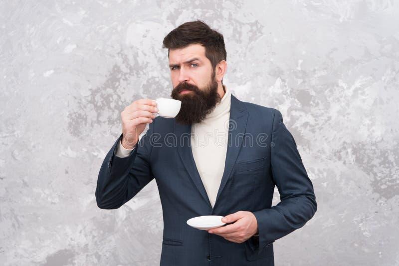 Mens die een koffiepauze neemt De bedrijfsmensen vormen stijl Slimme toevallige stijlkleren voor het bureauleven Beste koffie wor royalty-vrije stock foto's