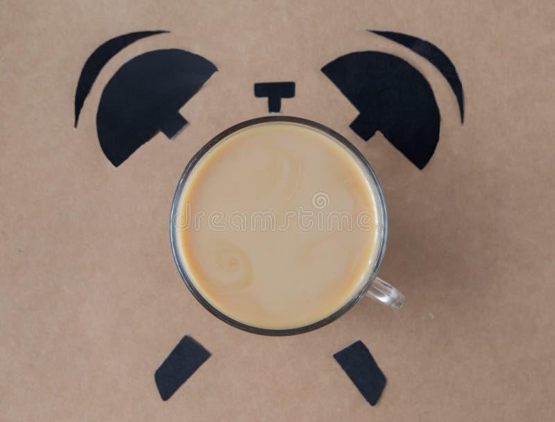 Mens die een koffiepauze neemt Het concept van de ontbijttijd Coffekop in vorm van wekker stock foto's