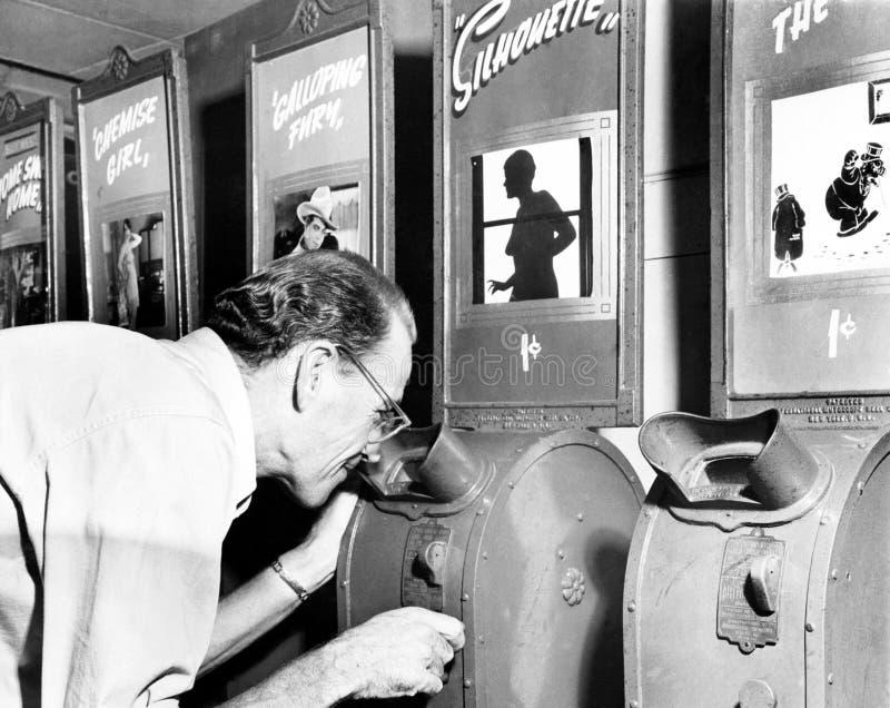 Mens die een machine onderzoeken van de nickelodeonfilm (Alle afgeschilderde personen leven niet langer en geen landgoed bestaat  stock afbeeldingen