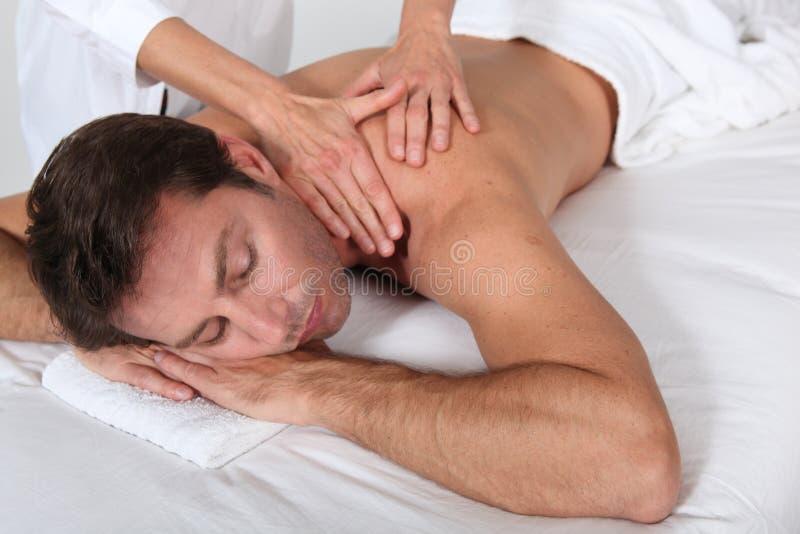 Mens die een massage heeft stock afbeeldingen