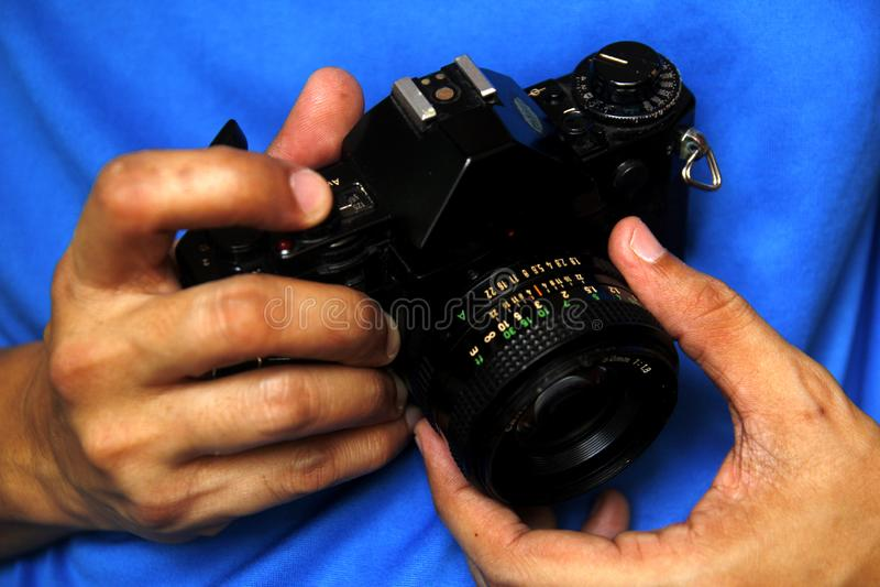 Mens die een 35mm handfilmcamera houden royalty-vrije stock foto's
