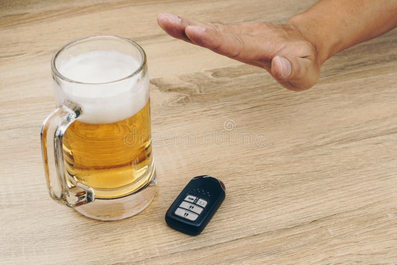 Mens die een mok bier weigeren stock afbeeldingen