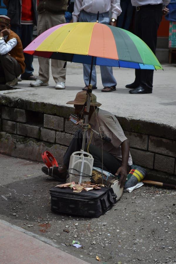 Mens die een multi-instrument speelt royalty-vrije stock afbeelding