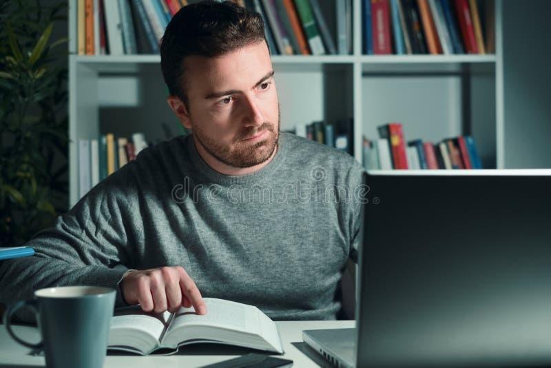 Mens die een onderzoek bij nacht naar examen in werking stellen stock foto's