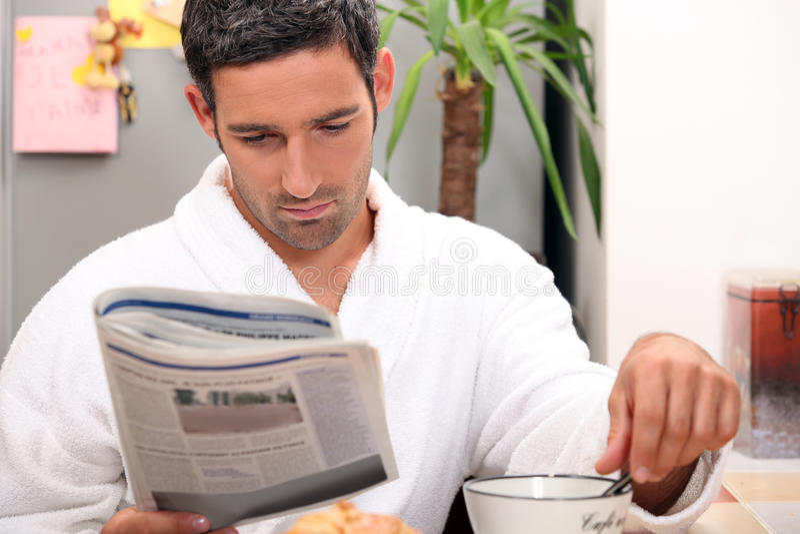 Mens die een ongehaast ontbijt hebben stock foto's