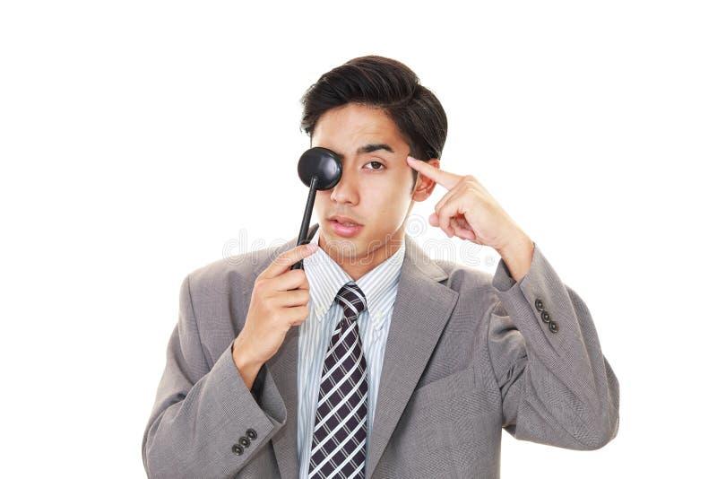 Mens die een oogtest nemen stock foto