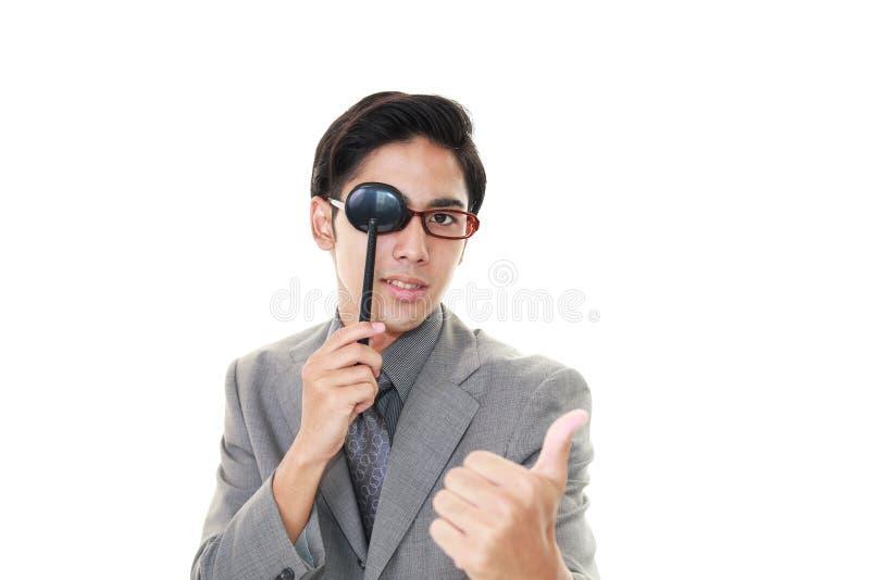 Mens die een oogtest nemen stock fotografie