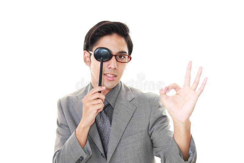 Mens die een oogtest nemen stock foto's