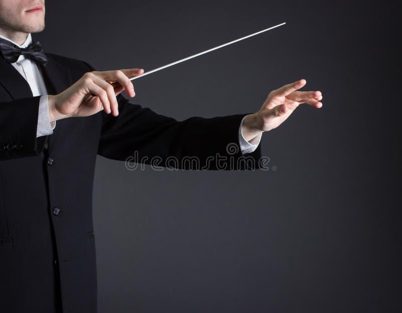 Mens die een orkest leidt stock foto