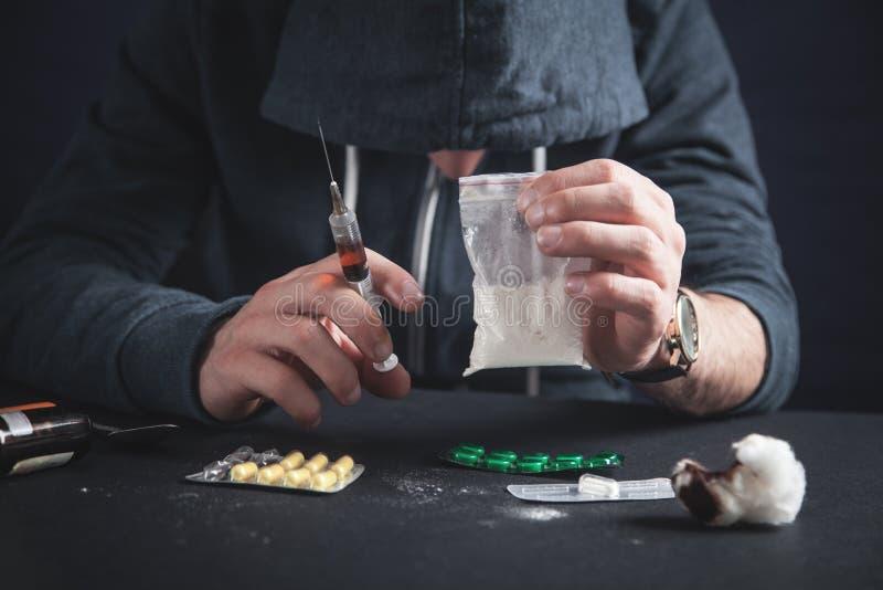 Mens die een pakket heroïne houden De verslavingsconcept van de drug stock afbeelding