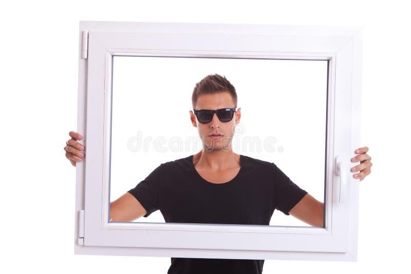 Mens die een pvc- raamkozijn houdt stock afbeeldingen