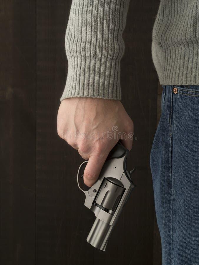 Mens die een revolver houden