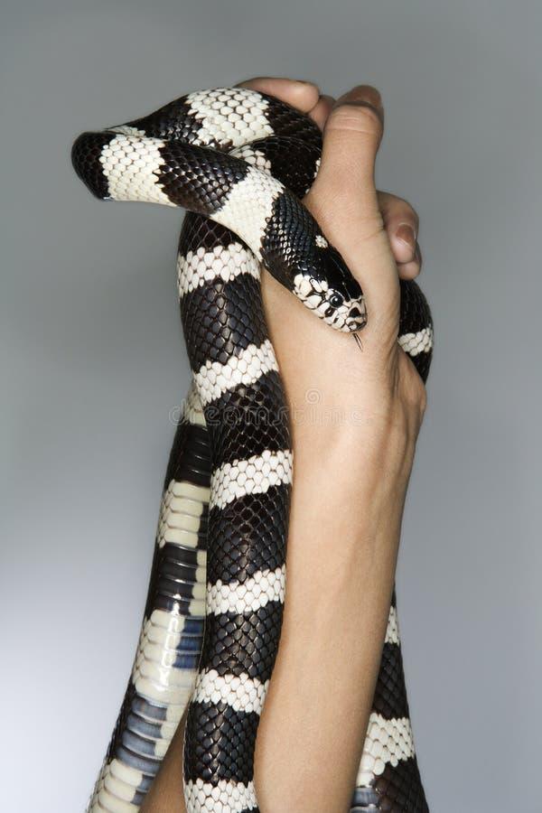 Mens die een slang houdt royalty-vrije stock foto's